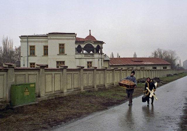 Romanian parents carry a small casket and cross as they arrive at a Bucharest hospital to collect the body of their dead baby who died of AIDS in this February 6, 1990 file photo. Radu Sigheti: I found out that there is a ward at a hospital in Bucharest where children with HIV positive were hospitalised. I thought this is a story worth pursuing, at the time I had no idea what AIDS meant and I wanted to find out, thinking it would make a good story. (Photo by Radu Sigheti/Reuters)