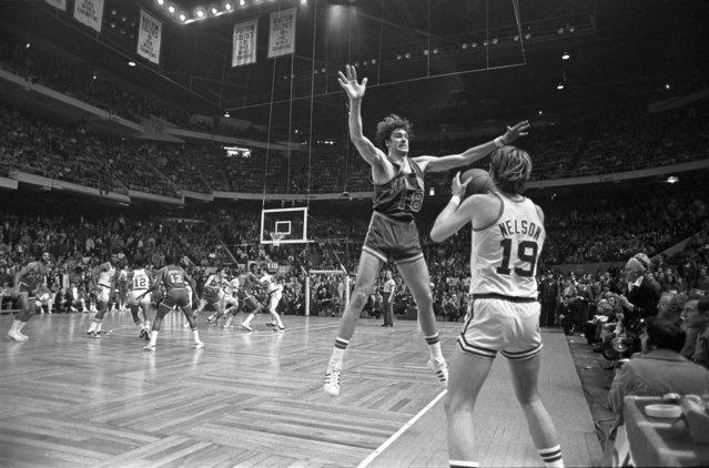 Celtics/NY Knicks basketball action, Boston Garden, Boston, Massachusetts, 1972. (Photo by Spencer Grant/Getty Images)