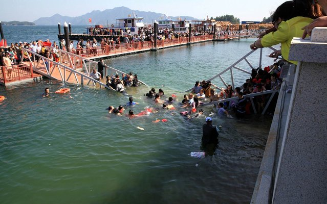 People falling into the water after a footbridge collapsed in east China, on Oktober 14, 2013. The accident happened at around 10:10 a.m. yesterday at a scenic spot in Lushan Mountain in eastern China's Jiangxi Province, state television CCTV reported. More than 10 injured visitors were sent to a local hospital. (Photo by Reuters/Stringer)