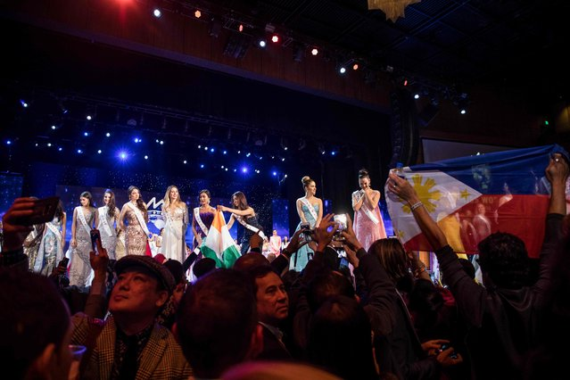 Members of the audience gather around the stage following the Grand Final of the Miss World 2016 pageant at the MGM National Harbor December 18, 2016 in Oxon Hill, Maryland. (Photo by Zach Gibson/AFP Photo)