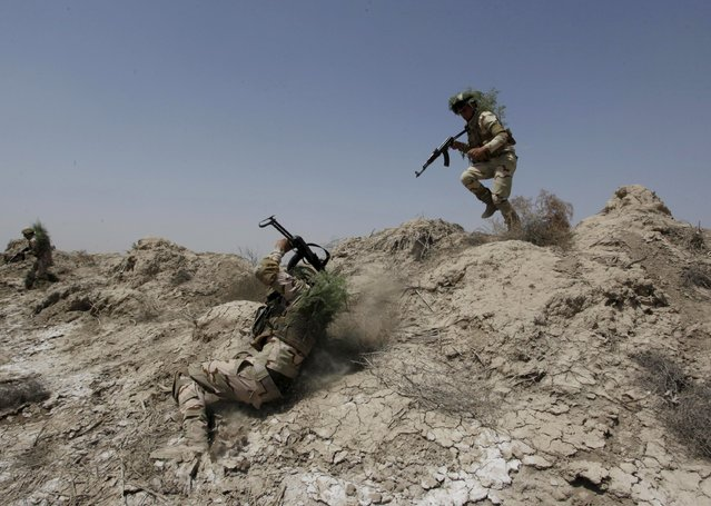 Iraqi security forces demonstrate their skills during military training in Jurf al-Sakhar, Iraq April 9, 2015. (Photo by Alaa Al-Marjani/Reuters)