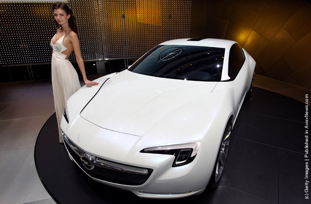 A model poses next to the Opel GTE concept car