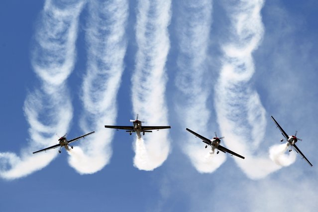 Pilots of the Chilean Air Force Halcones (Hawks) aerobatic unit perform in their Extra 300L aircraft during the F-Air Colombia 2015 air festival in Rionegro July 9, 2015. (Photo by Fredy Builes/Reuters)
