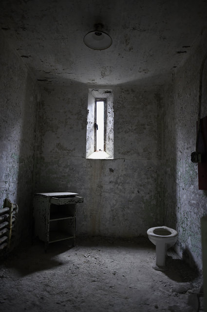 Window light illuminates the remains of a cell in block 14 of Eastern State Penitentiary in Philadelphia, Pennsylvania April 30, 2014. (Photo by Mark Makela/Reuters)