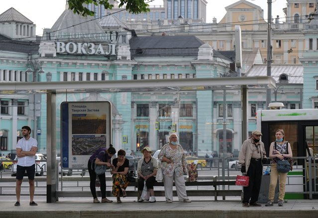 Passengers wait for a bus at a public transport stop following the easing of lockdown measures, which were imposed to curb the spread of the coronavirus disease (COVID-19), in Moscow, Russia on June 19, 2020. (Photo by Evgenia Novozhenina/Reuters)