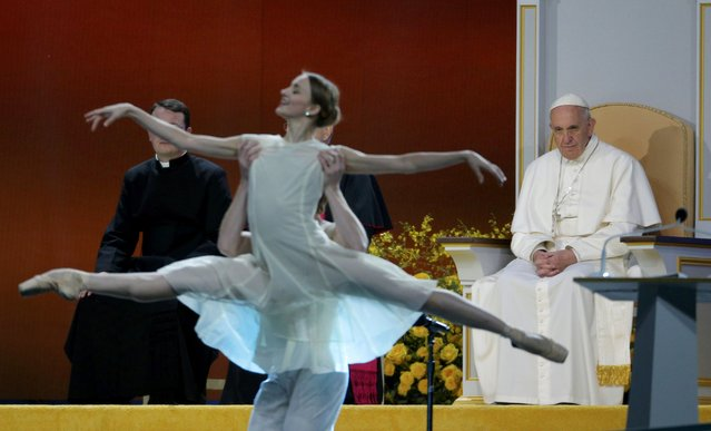 Dancers from the Philadelphia Ballet perform for Pope Francis (R) as he attends the Festival of Families rally in Philadelphia, Pennsylvania September 26, 2015. (Photo by Brian Snyder/Reuters)