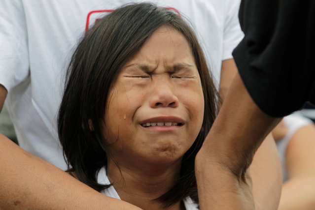 A girl weeps over the coffin of her mother Rosanna Doceyo, who according to relatives was killed by an unidentified man, during her funeral in Caloocan city, Metro Manila, Philippines November 6, 2016. (Photo by Czar Dancel/Reuters)