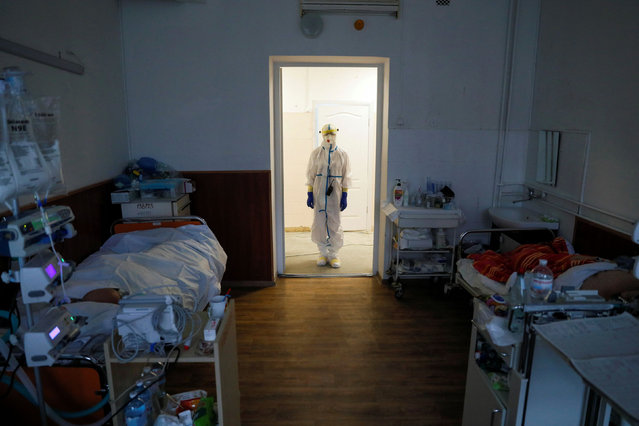A doctor is seen as patients receive medical treatment in a hospital for people infected with the coronavirus disease (COVID-19) in Kyiv, Ukraine on January 26, 2021. (Photo by Gleb Garanich/Reuters)