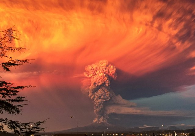 Smoke and ash rise from the Calbuco volcano as seen from the city of Puerto Montt, Chile April 22, 2015. (Photo by Rafael Arenas/Reuters)