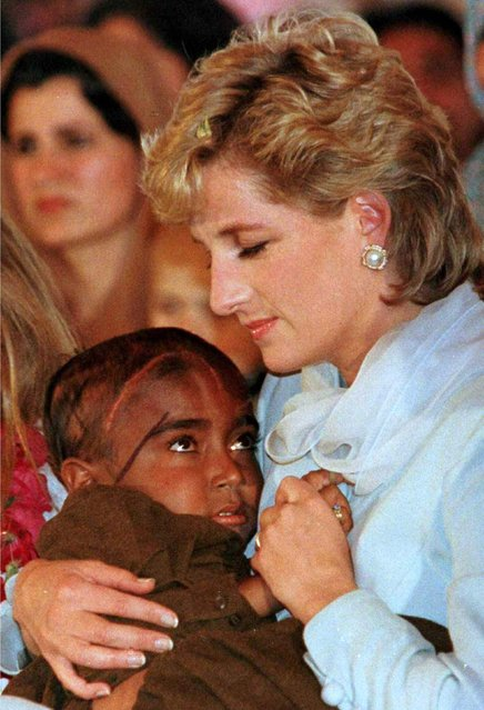 Diana Princess of Wales cradles a young child stricken with cancer during a show at the Shaukat Khanum Memorial Cancer Hospital in Lahore in this February 22, 1997 file photo. (Photo by John Pryke/Reuters)
