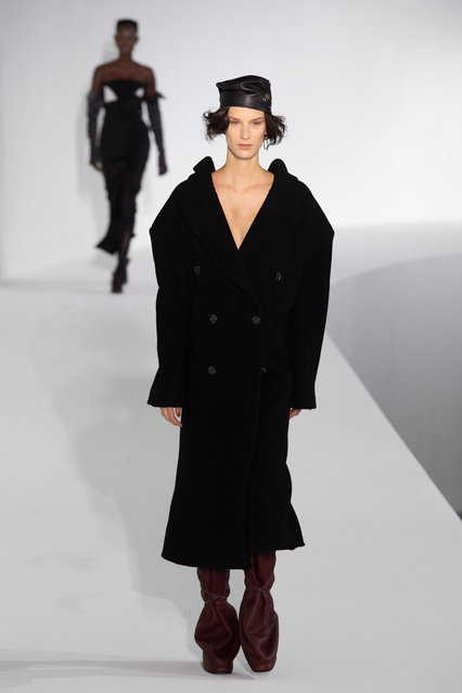 Models present creations from the Fall/ Winter 2019/20 Ready to Wear collection by Swedish designer Jonny Johansson for Acne Studios fashion house during the Paris Fashion Week, in Paris, France, 20 January 2019. The presentation of the men's collections runs from 15 to 20 January. (Photo by Caroline Blumberg/EPA/EFE)