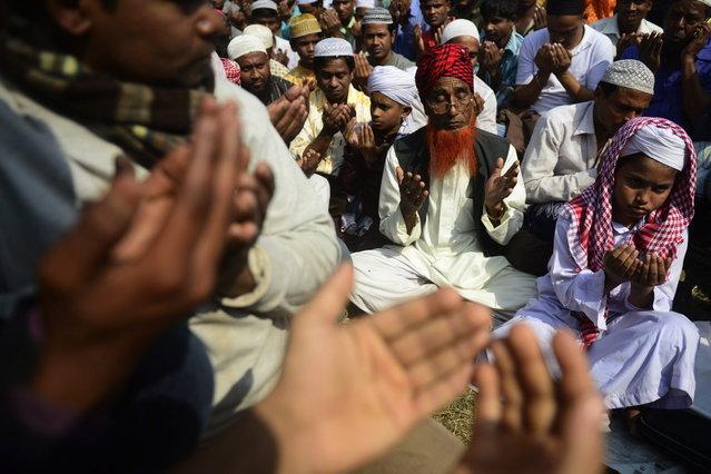 Bangladeshi Muslim participate in Akheri Munajat, or last prayers, at the conclusion of the Biswa Ijtema, or World Muslim Congregation, at Tongi, some 30 kms north of Dhaka January 26, 2014. (Photo by Munir Uz Zaman/AFP Photo)