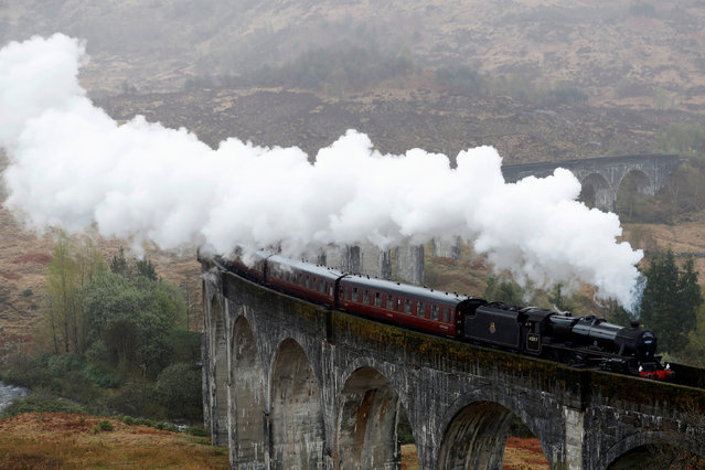 The Jacobite steam train crosses the Glenfinnan Viaduct in Scotland May 4, 2018. (Photo by Russell Cheyne/Reuters)