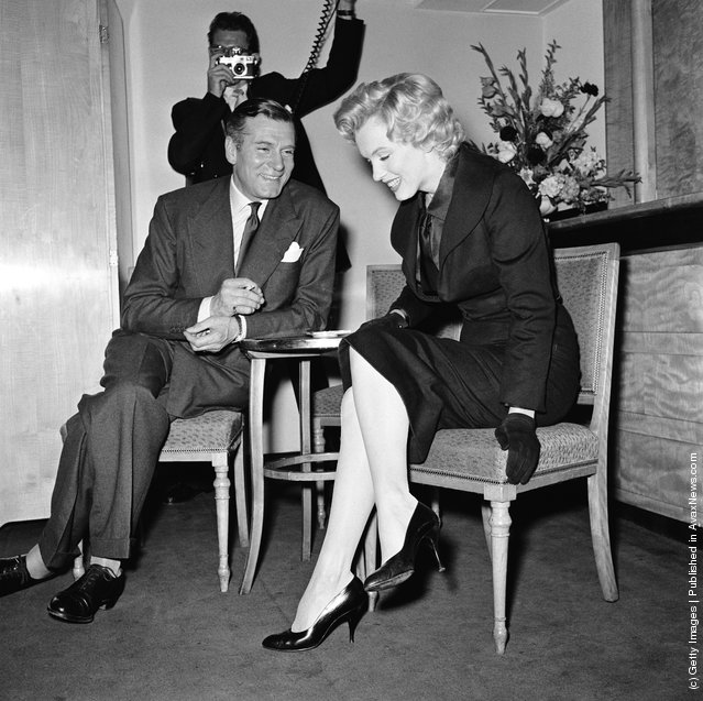 American actress Marilyn Monroe (1926 - 1962) and English actor and director Laurence Olivier (1907 - 1989) at a press conference at the Savoy Hotel, London, July 1956