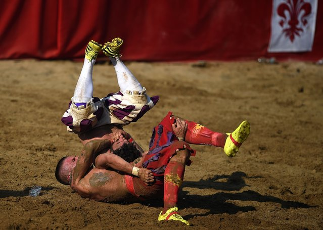 Players compete during the final match of the Calcio Storico Fiorentino traditional 16th Century Renaissance ball game, on Piazza Santa Croce in Florence on June 24, 2017. (Photo by Filippo Monteforte/AFP Photo)