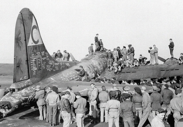 It is usually the famous who do the autographing, but GI's swarm all over Hells Angels at a U.S. airdrome in England on February 3, 1944, to put their names on the Flying Fortress before its take-off for the United States and a tour of aircraft assembly and other war plants. Hells Angels, one of the most famous Fortresses in the U.S. Army 8th Air Force, has made 49 raids, dropping more than a quarter of a million pounds of bombs on enemy territory and fighting through many battles with Nazi planes. (Photo by AP Photo)