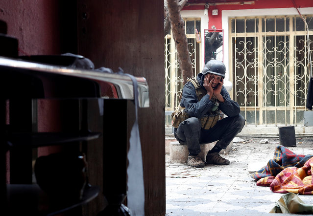An Iraqi special forces soldier reacts after Islamic State militants shot dead another Iraqi special forces soldier during a battle in Mosul, Iraq March 3, 2017. (Photo by Goran Tomasevic/Reuters)