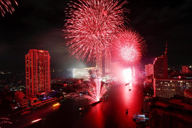 Fireworks explode over Chao Phraya River during the New Year's celebrations in Bangkok, Thailand on January 1, 2020. (Photo by Soe Zeya Tun/Reuters)