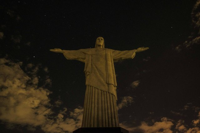 The statue of Christ the Redeemer is seen after being plunged into darkness for the Earth Hour environmental campaign on top of Corcovado hill in Rio de Janeiro, Brazil, on March 25, 2017. (Photo by Yasuyoshi Chiba/AFP Photo)