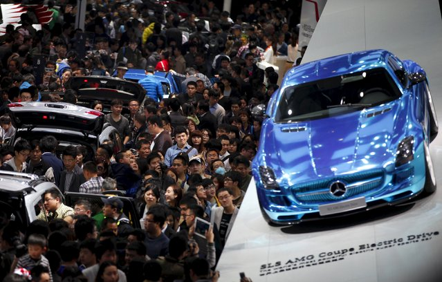 People look at Mercedes-Benz cars during the the 15th Shanghai International Automobile Industry Exhibition in Shanghai in this April 21, 2013 file photo. German luxury carmaker Daimler is still targeting minimum sales growth of 10 percent in China this year and to sell significantly more than 300,000 vehicles, the company's China chief Hubertus Troska told reporters in Beijing. (Photo by Carlos Barria/Reuters)
