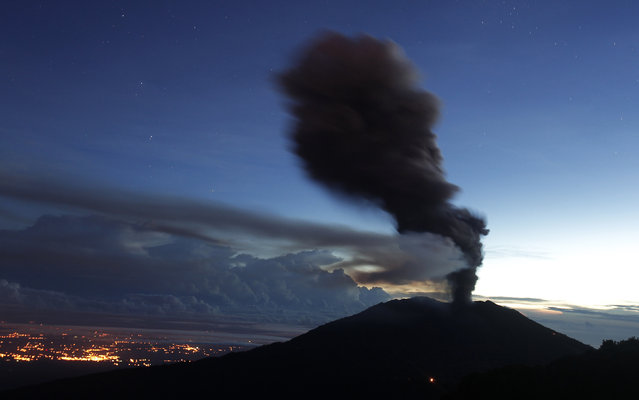 Ash rises over Turrialba volcano, as seen from San Gerardo de Irazu near Turrialba, November 1, 2014. Costa Rica's Turrialba volcano staged its most powerful eruption in years, belching a plume of gas and ash that was reported to sprinkle the capital San Jose some 50 kilometers (30 miles) away, emergency services said on Thursday. (Photo by Juan Carlos Ulate/Reuters)