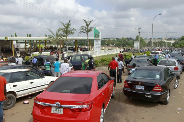 Motorists gather at the NNPC mega petrol station in Abuja, Nigeria May 25, 2015 .REUTERS/Afolabi Sotunde