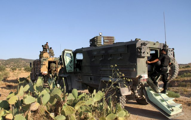 """Tunisian soldiers and police patrol the area of Mount Salloum near Algeria's border in Kasserine, Tunisia July 4, 2015. Tunisian President Beji Caid Essebsi declared a state of emergency on Saturday, saying the Islamist militant attack on a beach hotel that killed 38 foreigners had left the country """"in a state of war"""". (Photo by Reuters/Stringer)"""