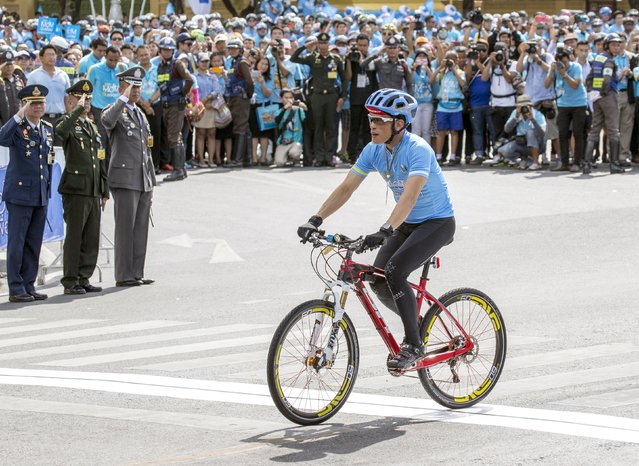 """Thailand's Crown Prince Maha Vajiralongkorn cycles in the """"Bike for Mom"""" event in Bangkok, Thailand, August 16, 2015. Thai Crown Prince Maha Vajiralongkorn led 40,000 cyclists on a 43-km (27-mile) course in Bangkok on Sunday, to celebrate the 83rd birthday of Thailand's Queen Sirikit, which fell on August 12. (Photo by Athit Perawongmetha/Reuters)"""