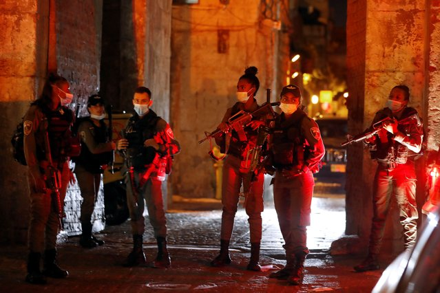 Israeli security forces gather at Lion's gate in the Old City of Jerusalem on August 17, 2020 following a reported stabbing attack. (Photo by Ahmad Gharabli/AFP Photo)