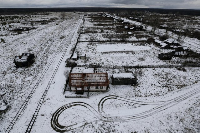 Snow lies on the ground in the village of Kalach, Sverdlovsk region, Russia October 18, 2015. In a remote corner of the Urals region at the end of a narrow-gauge railway is Kalach, population about a dozen. Three decades ago 600 people called the village home, but the local forestry industry suffered as the former Soviet Union imploded and people moved away in search of work. (Photo by Maxim Zmeyev/Reuters)