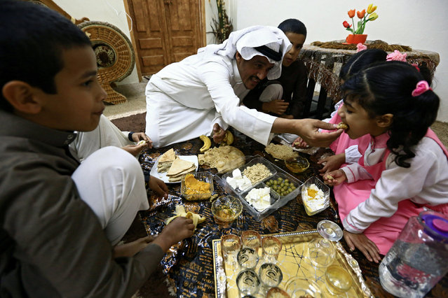 Saudi man Yazid al-Fefi has breakfast with his children before they go to their school through Fifa Mountain, in Jazan, south of Saudi Arabia, December 15, 2016. (Photo by Mohamed Al Hwaity/Reuters)