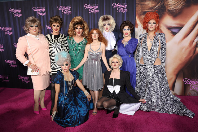 """Jessica Chastain poses for photos with drag queens at the New York premiere for """"The Eyes of Tammy Faye"""" at SVA Theater on September 14, 2021 in New York City. (Photo by Taylor Hill/WireImage)"""