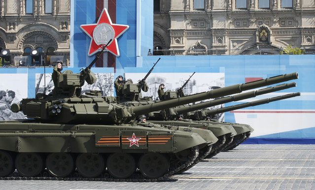 Russian servisemen drive T-90A main battle tanks during the Victory Day parade at Red Square in Moscow, Russia, May 9, 2015. (Photo by Grigory Dukor/Reuters)