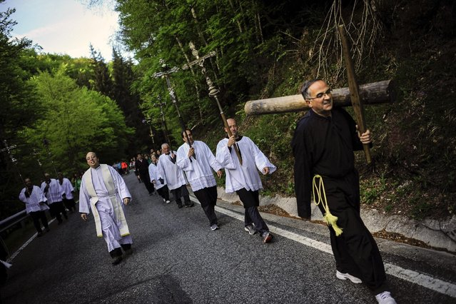 """Penitents holds their crosses during spring """"Romeria Cruceros de Arce"""", while they walk alongside Villanueva de Arce and Roncesvalles northern Spain Sunday, May 10, 2015. (Photo by Alvaro Barrientos/AP Photo)"""