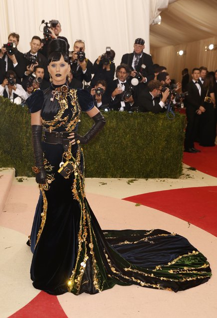 """Singer Katy Perry arrives at the Metropolitan Museum of Art Costume Institute Gala (Met Gala) to celebrate the opening of """"Manus x Machina: Fashion in an Age of Technology"""" in the Manhattan borough of New York, May 2, 2016. (Photo by Lucas Jackson/Reuters)"""