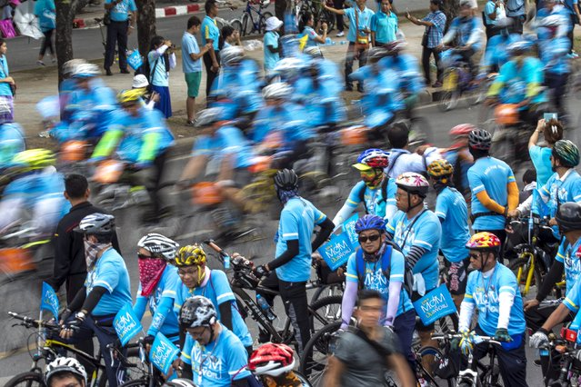 """People take part in the """"Bike for Mom"""" event in Bangkok, Thailand, August 16, 2015. (Photo by Athit Perawongmetha/Reuters)"""
