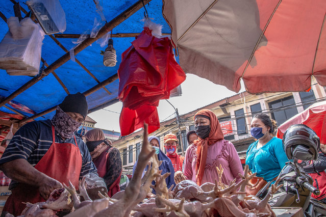 People fill a traditional market to buy food for Eid al-Fitr in Ciputat, South Tangerang, Indonesia on May 20, 2020, despite a partial lockdown implemented in the region. (Photo by Donal Husni/Zuma Wire/Rex Features/Shutterstock)