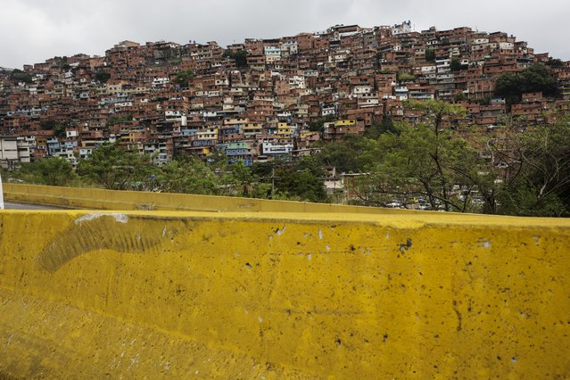 The Petard district of Caracas, Venezuela is seen from a highway on Saturday, October 21, 2017. (Photo by Rodrigo Abd/AP Photo)