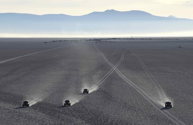 Competitors begin the 8th stage of the Dakar Rally 2015 on the Salar de Uyuni salt flat, from Uyuni to Iquique, January 11, 2015. (Photo by Jean-Paul Pelissier/Reuters)