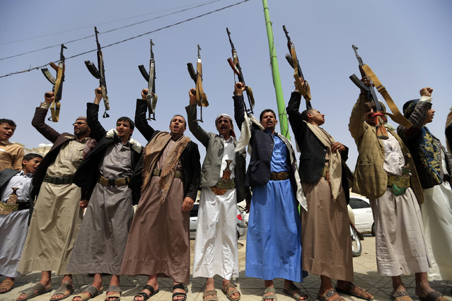 Supporters of the Shiite Yemeni Huthis demonstrate in the capital Sanaa on 25 June 2018, to show their solidarity with fellow Huthis engaged in battles against the coalition forces led by the UAE and Saudi Arabia in Red Sea port city of Hudeida. (Photo by Mohammed Huwais/AFP Photo)