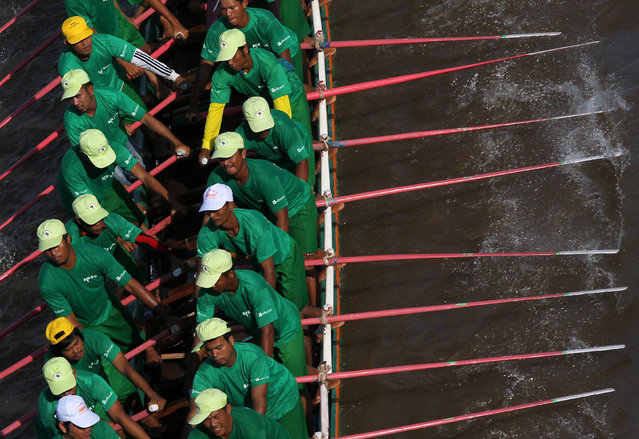 Participants row their boat during the annual Water Festival on the Tonle Sap river in Phnom Penh, Cambodia November 13, 2016. (Photo by Samrang Pring/Reuters)
