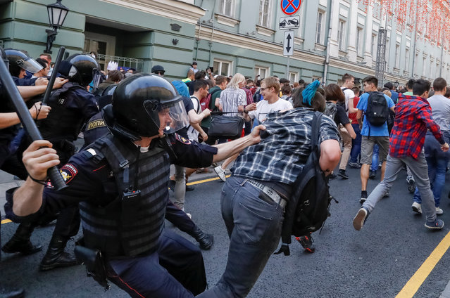 Police officers chase protesters during a rally against planned increases to the nationwide pension age in Moscow, Russia September 9, 2018. (Photo by Sergei Karpukhin/Reuters)