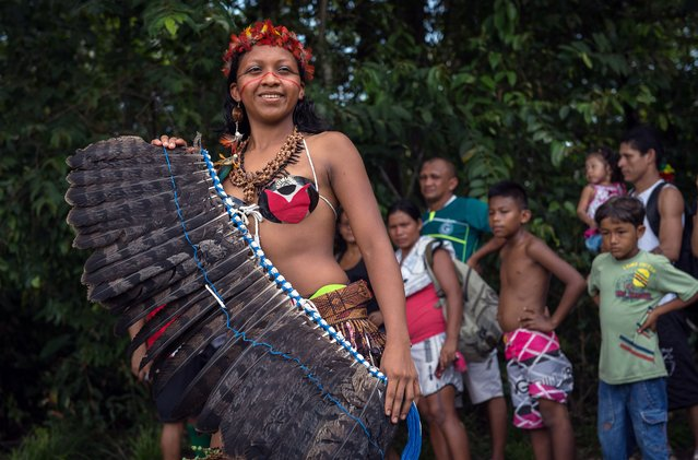 A competitor for the Indigenous Queen of Peladao title performs during the half-time of the final match of Peladao, the amateur football tournament, in Manaus, Amazonas state, Brazil, on November 24, 2013. (Photo by Yasuyoshi Chiba/AFP Photo)