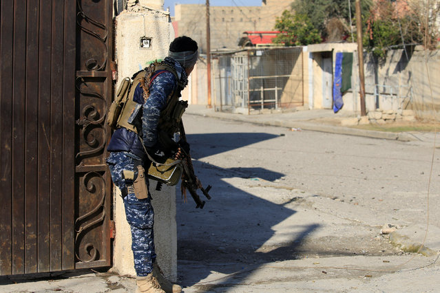 A member of Iraqi security forces take his position during a battle with Islamic State militants in Wahda district of eastern Mosul, Iraq, January 6, 2017. (Photo by Alaa Al-Marjani/Reuters)
