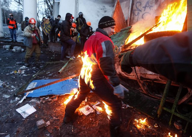 A pro-European integration protester catches fire during clashes with police in Kiev January 20, 2014. Ukrainian President Viktor Yanukovich named a top aide to organize peace talks with the opposition after violent clashes between police and protesters in Kiev, but the opposition warned him on Monday not to play for time. (Photo by Vasily Fedosenko/Reuters)