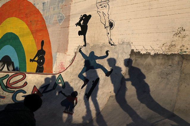 Calling themselves the Gaza skate team, a group of young Palestinians get together to skate and rollerblade amid deprivation and high security. Here: Members of Gaza Skating Team cast shadows as they practice their rollerblading and skating skills at the seaport of Gaza City March 8, 2019. (Photo by Mohammed Salem/Reuters)