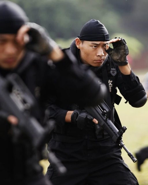 Members of the Special Weapons and Tactics (SWAT) police force take part in a drill in Haikou, capital of south China's Hainan Province, December 15, 2012. (Photo by Xinhua/Zhang Shanyu)