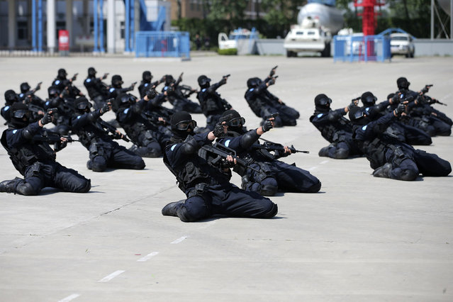 Police officers practice during a drill ahead of their peacekeeping assignment in Liberia, in Langfang, Hebei province, May 4, 2014. (Photo by Reuters/China Daily)