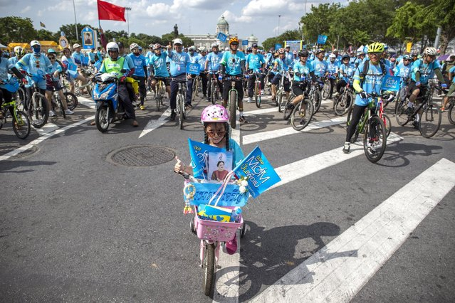 """People look at a girl on a bicycle during the """"Bike for Mom"""" event in Bangkok, Thailand, August 16, 2015. (Photo by Athit Perawongmetha/Reuters)"""