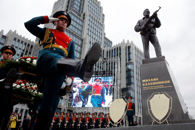 Honour guards march during the unveiling ceremony of a statue of Mikhail Kalashnikov, the Russian inventor of the fabled AK-47 assault rifle, in downtown Moscow on September 19, 2017. (Photo by Maxim Zmeyev/AFP Photo)